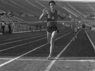 Atleta de la Escuela de Artes y Oficios en 1°Olimpiada Universitaria UTE. 1965.