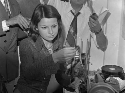 Pablo Ramírez, funcionario de extensión docente, junto a Anabella Gurrieri y Antonio Freire, integrantes del Departamento de Cine y TV UTE. 1973.