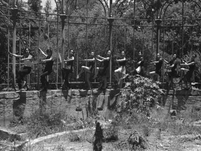 Sesión fotográfica del BAFUTE en Parque Quinta Normal. 1974.
