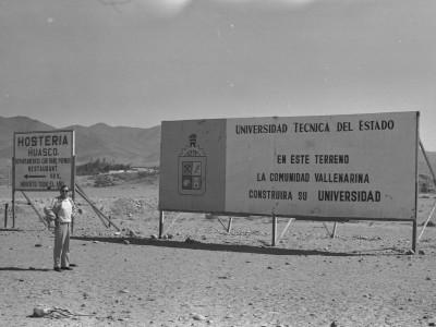 Vicerrector de Extensión y Comunicaciones  Percy Eaglehurst, visitando sedes UTE. Fecha estimada 1974.