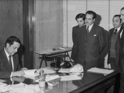 Rector delegado Eugenio Reyes Tastets firmando convenio UTE-IBM. 1974.