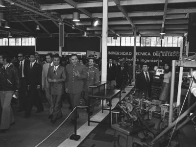 Augusto Pinochet visita stand UTE en feria textil. Fecha estimada 1974.