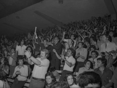 Rector delegado celebrando junto a estudiantes, final de básquetbol UTE-Bata. 1974.