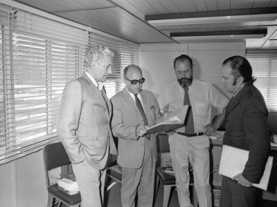 Miguel Serrano (primero a la derecha), escritor y diplomático chileno simpatizante de las ideas y postulados del nacionalsocialismo. 1976.