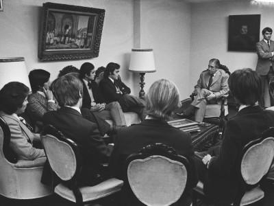 Encuentro entre el Gral. Augusto Pinochet y representantes de organizaciones juveniles. Fecha desconocida.