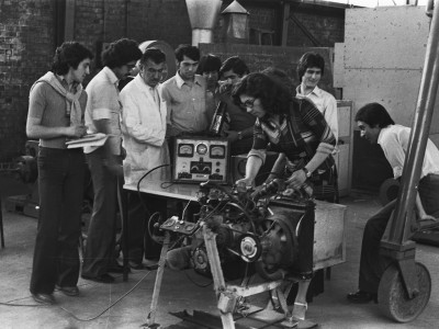 Estudiantes en taller de mecánica. Fecha desconocida.