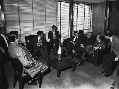 Autoridades universitarias en reunión con el Rector de la Universidad de París.  1976.