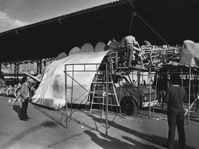 Preparativos de carros alegóricos para conmemoración del 11 de septiembre. 1976.