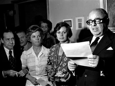 Actriz Gabriela Medina (Teatro Teknos) recibe premio a mejor actriz. 1976.