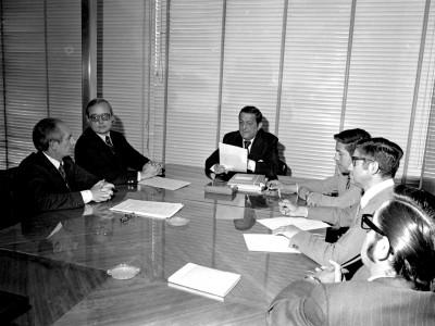 Autoridades universitarias reunidas con el profesor estadounidense Bruce Vogeli. Fecha desconocida.