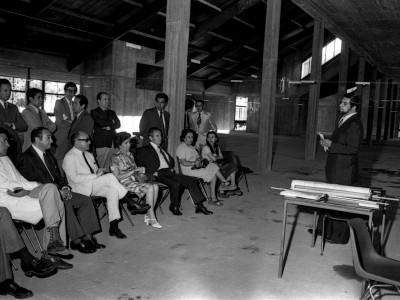 Construcción de Biblioteca Central UTE, reunión con ingeniero a cargo. Fecha desconocida.