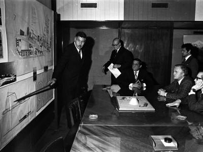 Reunión por construcción de Planetario. Autoridades universitarias y Alcade de Santiago, Patricio Mekis. Fecha desconocida.