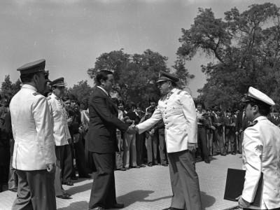 Rector delegado de la UTE, Eugenio Reyes Tastets y General Augusto Pinochet en aniversario de la Secretaría Nacional de la Juventud celebrado en la Casa Central de la Universidad Técnica del Estado. 1976.