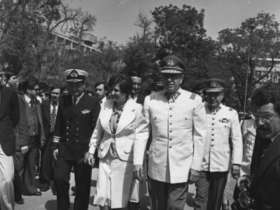 Lucía Hiriart y Gral. Agusto Pinochet en la UTE. 1976.