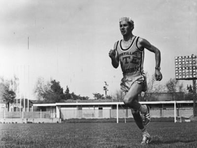 Atleta UTE José Ramírez en entrenamiento. Fecha estimada 1977.