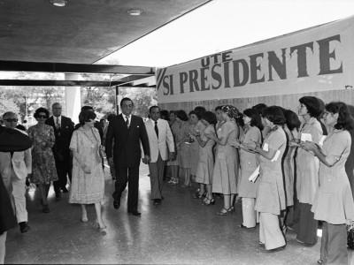 Visita de Lucía Hiriart a la UTE. Fecha estimada 1977.