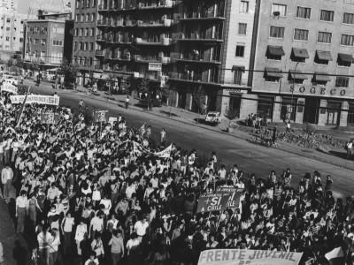 Marcha organizada por el Frente Juvenil de Unidad Nacional en apoyo a la dictadura del Gral. Augusto Pinochet. Fecha estimada 1978.