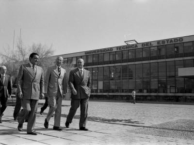 Visita a la UTE de George W. Landau, Embajador de Estados Unidos. Fecha estimada 1978.