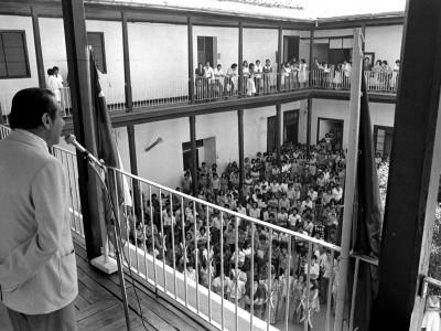 Director de la Escuela Tecnológica dando la bienvenida a estudiantes. 1978.