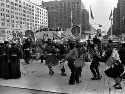 Participación de autoridades y estudiantes de la UTE en manifestación de apoyo a la dictadura cívico-militar. 1978.