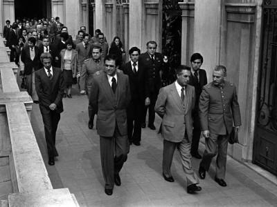 Ministro Sergio Fernández en funeral del Teniente de Ejército y funcionario de la CNI, Luis Carevic. 1979.
