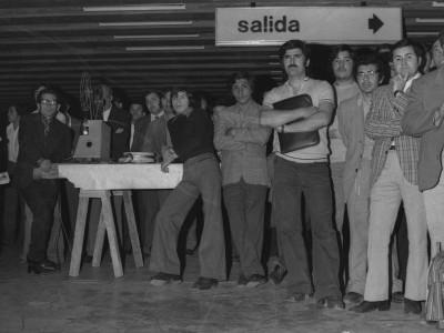 Muestra del Departamento de Cine y Televisión de la UTE en estación del Metro de Santiago. 1975.