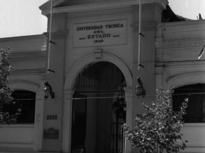Frontis de la Universidad Técnica del Estado, antigua entrada de la Escuela de Artes y Oficios. Fecha desconocida.