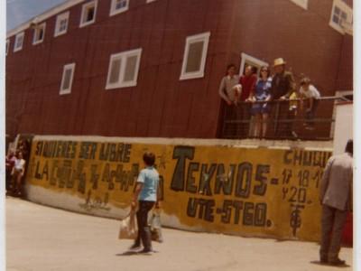 Parte del elenco Teatro Teknos en gira al norte del país. Chuquicamata. Sin fecha. (Donación Juan Quezada)