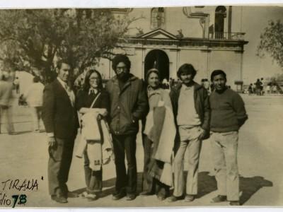 Parte del elenco Teatro Teknos en gira al norte del país. La Tirana, 1973. (Donación Juan Quezada)