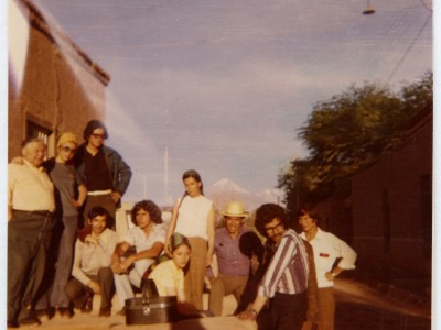 Elenco Teatro Teknos en gira al norte. San Pedro de Atacama, 1973. (Donación Juan Quezada)