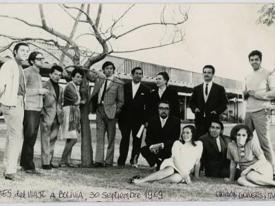 Elenco Teatro Teknos en patios de la UTE. Santiago, 1969. (Donación Juan Quezada)
