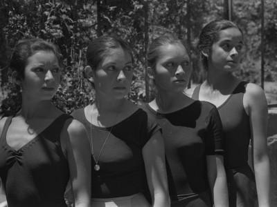 Bailarinas del BAFUTE en sesión fotográfica en Parque Quinta Normal. Santiago, 1974.