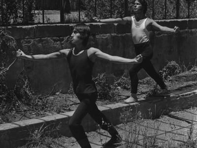 Bailarines del BAFUTE en sesión fotográfica en Parque Quinta Normal.  Santiago, 1974.