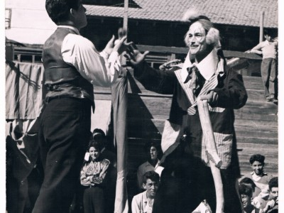 Función del Circo Minero. Malabarista y payaso interpretado por Tomás Ireland. Fecha estimada: década del 50. (Donación de Tomás Ireland)