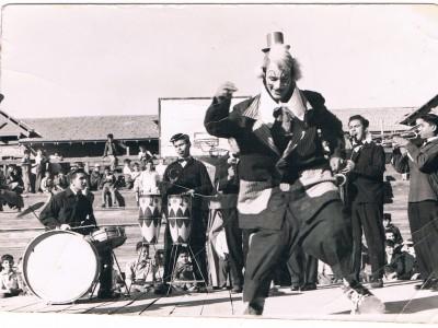 Orquesta Libras Esterlinas y Tomás Ireland como payaso del Circo Minero. Fecha estimada: década del 50. (Donación de Tomás Ireland)