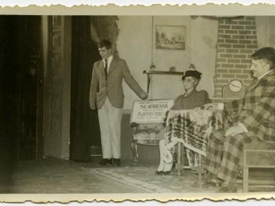 """Obra """"Se arrienda esta casa"""" primer montaje del Teatro Teknos. Santiago, 1958. (Donación de Juan Quezada)"""