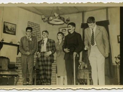 """Obra """"Se arrienda esta casa"""", primer montaje del teatro Teknos. Santiago, 1958. (Donación de Juan Quezada)"""