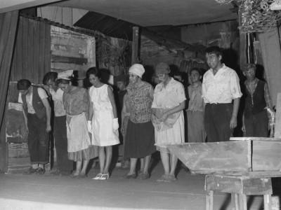 """Elenco recibiendo aplausos tras presentar la obra """"Pan Caliente"""". Sala Bulnes, Santiago, 1967."""