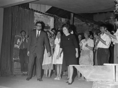 Elenco del Teknos aplaudiendo al director Raúl Rivera y a la dramaturga María Asunción Requena. Sala Bulnes, Santiago,1967.