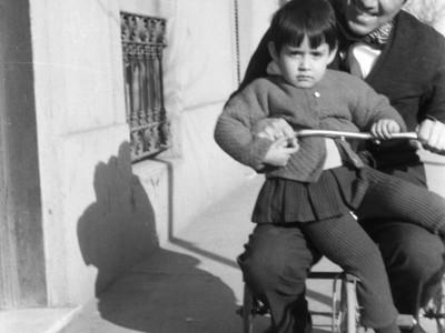 Actor del Teatro Teknos Juan Quezada y su pequeña hija Carmen. 1969.
