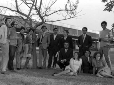 Elenco Teatro Teknos en exterior de Casa Central UTE. Santiago, 1969.