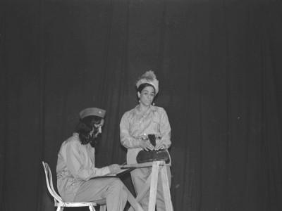 """Obra """"Tela de Cebolla"""" del Teatro Nuevo Popular, en Sindicato Industrial Ex Yarur. Santiago, fecha estimada: 1971."""