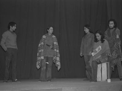 """Obra """"Tela de Cebolla"""" del Teatro Nuevo Popular, en Sindicato Industrial Ex Yarur. En la fotografía se puede apreciar a los actores José Soza y Myriam Palacios. Santiago, fecha estimada: 1971."""