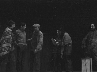 """Obra """"Tela de Cebolla"""" del Teatro Nuevo Popular, en Sindicato Industrial Ex Yarur. En la fotografía se puede apreciar a los actores José Soza, Jorge Gajardo y Myriam Palacios. Santiago, fecha estimada: 1971."""