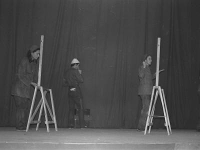 """Obra """"Tela de Cebolla"""" del Teatro Nuevo Popular, en Sindicato Industrial Ex Yarur. En la fotografía se puede apreciar a la actriz Myriam Palacios. Santiago, fecha estimada: 1971."""