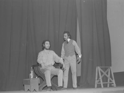 """Obra """"Tela de Cebolla"""" del Teatro Nuevo Popular, en Sindicato Industrial Ex Yarur. En la fotografía se puede apreciar al actor José Soza. Santiago, fecha estimada: 1971."""