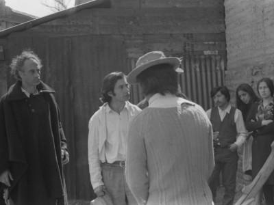 """Parte del elenco del Teatro Nuevo Popular en filmación de """"La maldición de la palabra"""", película que se encuentra desaparecida. Fecha estimada, 1973."""