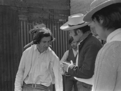 """Parte del elenco del Teatro Nuevo Popular en filmación de """"La maldición de la palabra"""", película que se encuentra desaparecida. En la fotografía se distingue al actor Jorge Gajardo. Fecha estimada, 1973."""