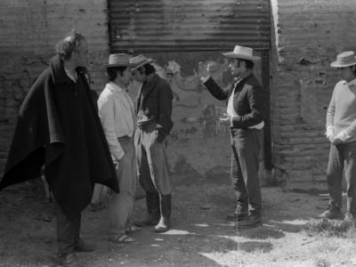 """Parte del elenco del Teatro Nuevo Popular en filmación de """"La maldición de la palabra"""", película que se encuentra desaparecida. En la fotografía aparece el actor Jorge Gajardo. Fecha estimada, 1973."""