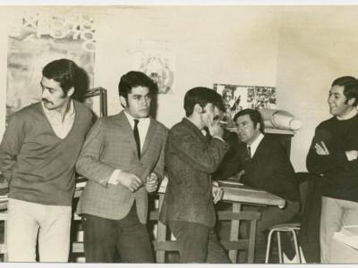 Diseñadores gráficos del Taller Gráfico UTE, en 1970. De izquierda a derecha: Enrique Muñoz, Ricardo Ubilla, Pablo Carvajal, Mario Navarro y Carlos Acuña, montajista.